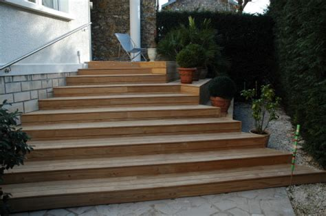 terrasse en bois avec escalier en bois