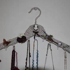 Porte Cintre Mural : cintres en bois sur pinterest portemanteaux portemanteaux et artisanat de cintre ~ Teatrodelosmanantiales.com Idées de Décoration