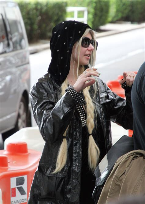 Taylor Momsen Smoking at Sydney Airport – HawtCelebs