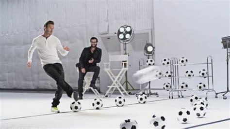 """Deivids Bekhems ar futbola bumbām nospēlē Bēthovena """"Odu ..."""