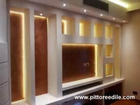 Nicchie in cartongesso e parete tv salone stucco