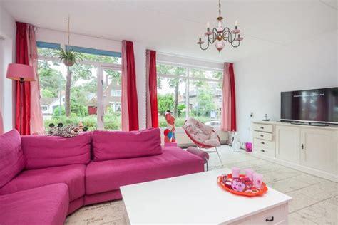 barbie huis te koop er staat een roze huis te koop en daar zijn foto s van