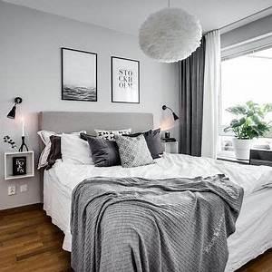 Schlafzimmer in grau weiss mit kuschligen decken und for Schlafzimmer grau