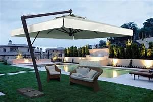 grand parasol deporte pour terrasse restaurant en alu gris With grand parasol de terrasse