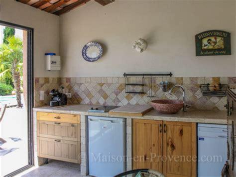 la cuisine d et piscine privée propriété de 7 hectares à tourrettes