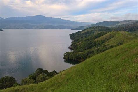 Selain karena keindahan alamnya yang memanjakan mata Air Danau Sentani Surut karena Kemarau, Benda Purbakala Bermunculan!