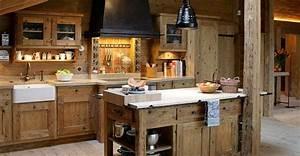 Stunning cuisine bois style montagne photos for Buffet de salle a manger en bois pour petite cuisine Équipée
