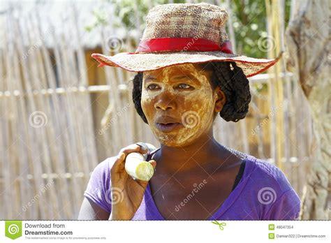 masque rituel à tête de fils des histoires portrait de femme malgache avec le masque de tradytional