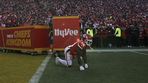 chiefs tyreek hill inexplicably performs dog pee