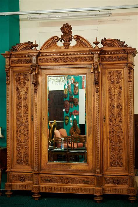 Rokoko stila riekstkoka apģērbu skapis antikvariāta salonā ...