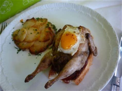 caille sur canapé cailles au foie gras sur canapés aux figues plat