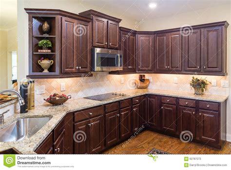 cuisine moderne avec les cabinets fonces  le plancher en