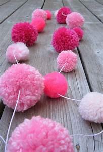 Guirlande De Pompon : use up yarn scraps in pom pom garlands yarn scraps pinterest pompons ponpon et banni re ~ Teatrodelosmanantiales.com Idées de Décoration