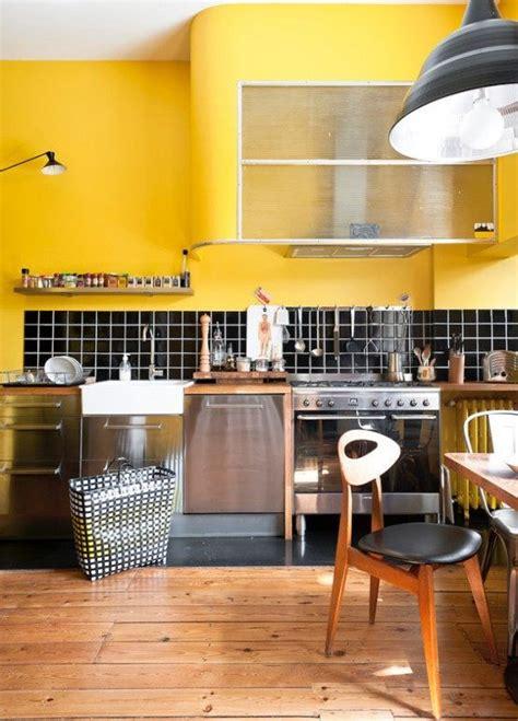 cuisine jaune moutarde une résidence rétro inspirée par les ées 50