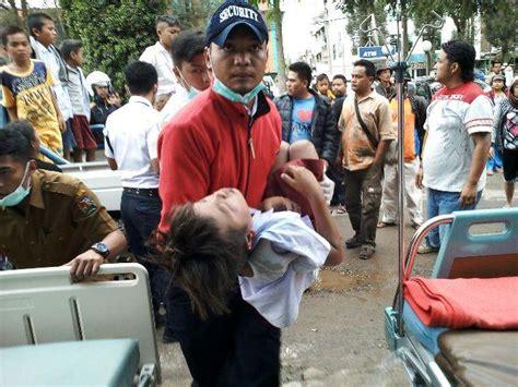 mobil antar jemput siswa pengungsi sinabung jungkir balik 1 siswa meninggal 35 luka berat dan