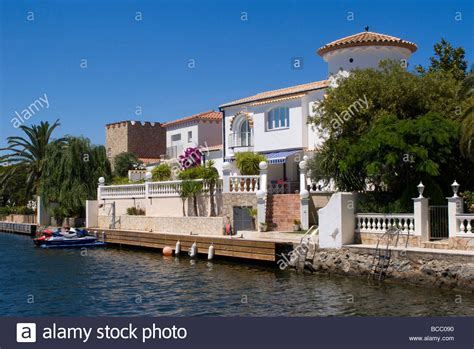 Beautiful Villas On The Canal Network At Empuriabrava