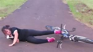 Menina aprendendo a andar de bicicleta muitos tombos ...