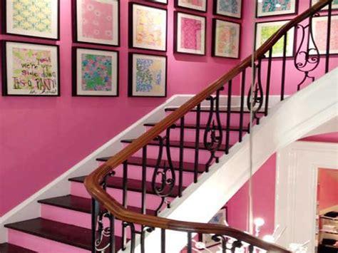 Deco-moderne-de-cage-d'escalier-avec-peinture-rose