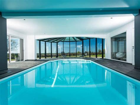 agencement d une chambre vue de l 39 intérieur de la piscine maisonapart