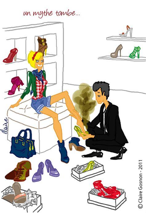 femme en train dessayer des chaussures dans une boutique