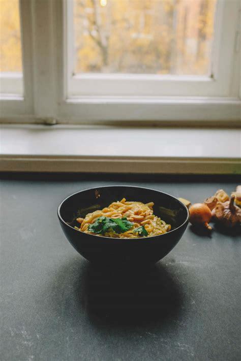 Rīsu nūdeles krēmīgā zemesriekstu mērcē
