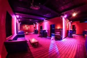 Bar Mit Tanzfläche Berlin : partyraum mit garten au enbereich in friedrichshain mieten ~ Markanthonyermac.com Haus und Dekorationen