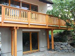 Balkon Bodenbelag Holz : balkon aus holz kleinen balkon gestalten teak holz ~ Michelbontemps.com Haus und Dekorationen