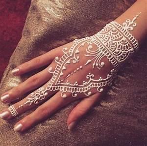 Weißes Henna Tattoo : henna tattoo uralte kunst zur tempor ren hautverzierung mit pflanzenfarbe ~ Frokenaadalensverden.com Haus und Dekorationen