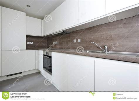 lumi鑽e cuisine plan de travail cuisine contemporaine avec le plan de travail en naturel et tuiles dans le whi images stock image 35898054