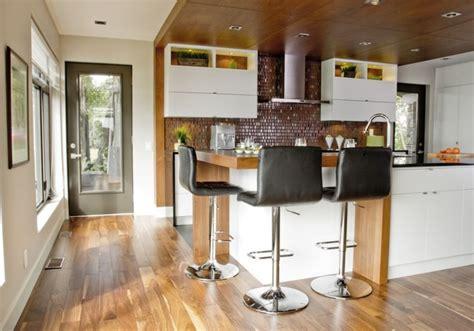 cuisine comptoir bois îlot et armoires de cuisine en mdf laqué retombée et