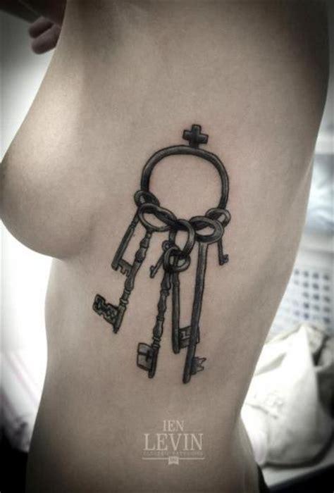 tatouage cote cle par ien levin