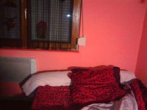moisissure tapisserie chambre moisissure derrière le lit bricolage forum vie pratique