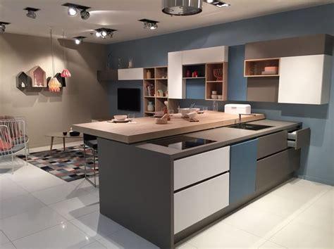 modele cuisine avec ilot central table modele cuisine avec ilot central table 5 peinture bleu