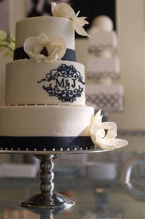 unique monogrammed wedding cakes weddingomania