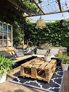 des palettes en bois en guise de table basse d39exterieur With amenagement terrasse piscine exterieure 7 objet deco jardin jardideco fr
