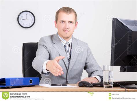 affaire de bureau homme d 39 affaires offrant une de accueil dans le