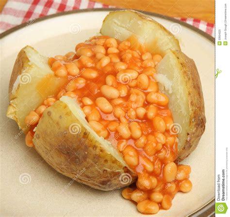 pomme de terre en chambre pomme de terre en robe de chambre avec les haricots cuits
