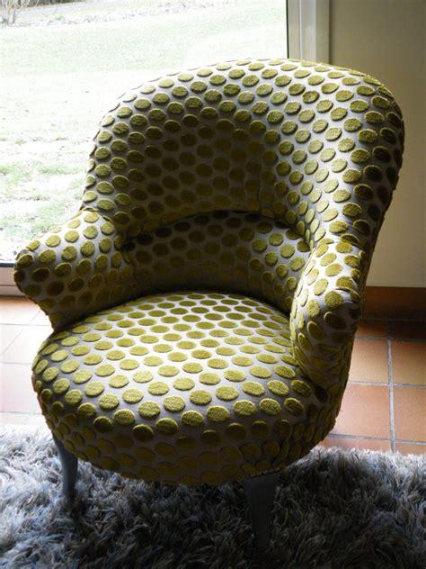 canapé velours crapaud et fauteuil anglais evin décor