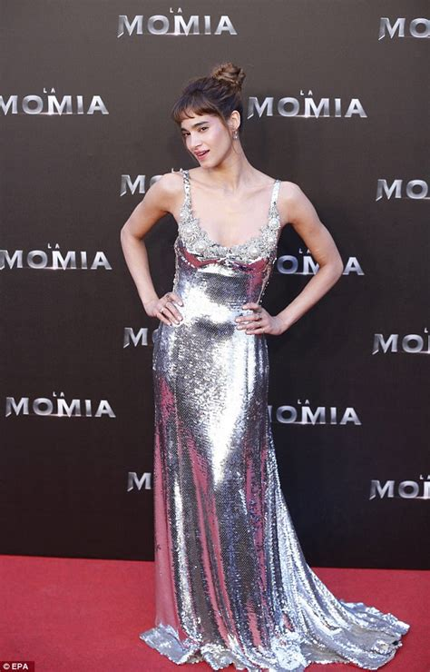 actress who starred in the mummy tom cruise joins stars in madrid for the mummy premiere