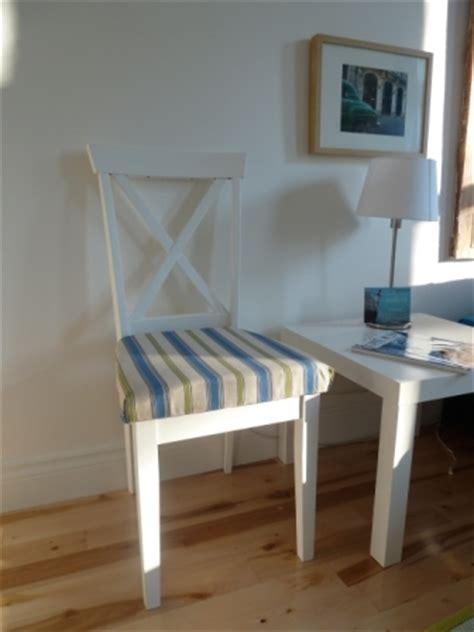 tapisser une chaise en tissu restaurer une vieille chaise trouvée dans la rue déconome