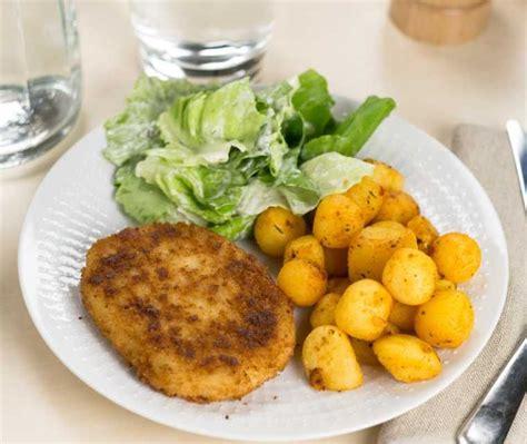 kabeljauwburger met krieltjes en sla recept coopnl