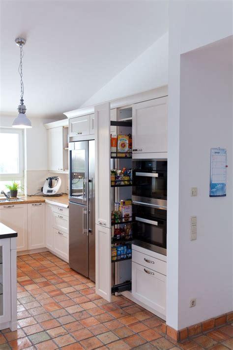 Große Landhausküche In Weiß Mit Küchenblock Und Grauwacke