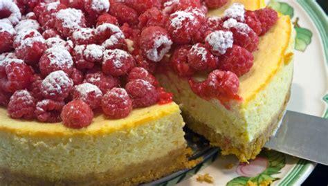 Kārdinošas aveņu kūkas un kūciņas: 10 receptes saldās ...