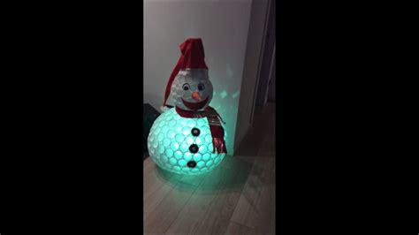 pupazzo di neve fatto con i bicchieri di plastica pupazzo di neve fatto con bicchieri di plastica