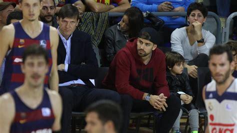 Piqué Disfruta Con Su Hijo Viendo Ganar Al Barça De Basket