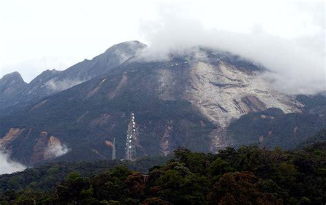 runtuhan besar berlaku  atas puncak gunung
