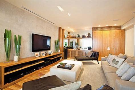 decoração de sala pequena sofá marrom escuro integrando laminado e porcelanato