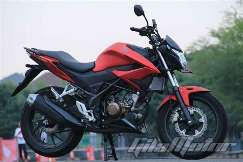 Cb150r Streetfire by Ini Perbedaan New Honda Cb150r Streetfire Baru Gilamotor