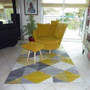 tapis design grafik grand tapis de salon aux tons roses With tapis couloir avec bout de canapé jaune