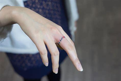anillo de flores tatuajes  mujeres